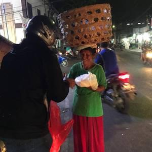 Berbagi Rezeki untuk Kaum Dhuafa, Relawan KNB Blusukan Bagi-Bagi Nasi Bungkus