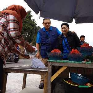 Kemesraan Pak SBY dan Ibu Ani Yudhoyono di Kaki Gunung Lawu