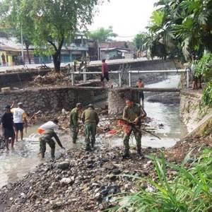 Koramil 0815/12 Ngoro Bersama Warga Sedati Bersihkan Sungai