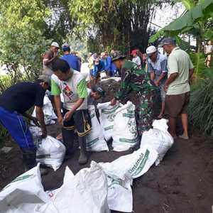 Babinsa Koramil 0815/11 Pungging Bersama Warga Perbaiki Tanggul Kritis