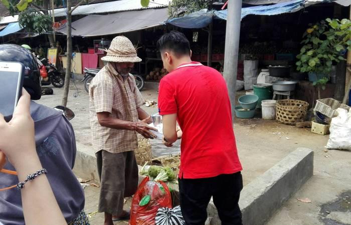 Rayakan Hari Jadi Kemerdekaan RI Ke-72, Tiga Komunitas ini Bagikan Nasi Kotak untuk Kaum Dhuafa