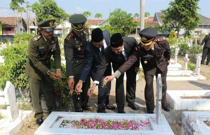 Mengingat  Jasa Pahlawan Lewat Ziarah Di TMP Joyoboyo