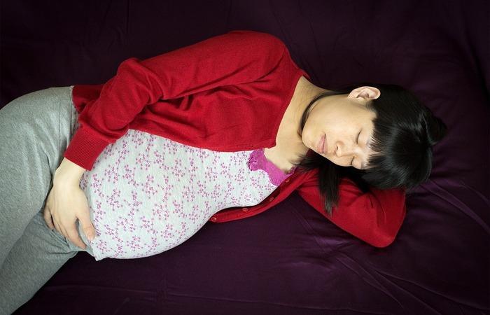 Yuk, Temukan Posisi Tidur Bagi Ibu Yang Sedang Hamil Muda
