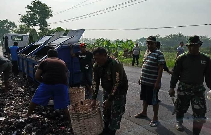 Sambut Hari Juang Kartika, Koramil 0815/03 Sooko Bersama Tiga Pilar Gelar Karya Bakti Peduli Lingkungan