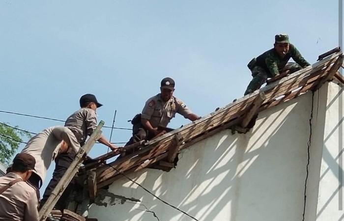 Personel TNI-Polri Benahi Rumah Warga Terdampak Puting Beliung