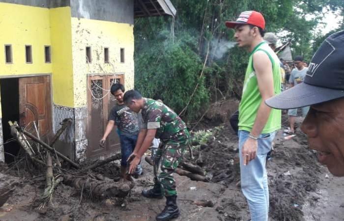 TNI – Polri – BPBD Bersama Komponen Masyarakat Bersihkan Material Banjir Dan Longsor Di Ngoro