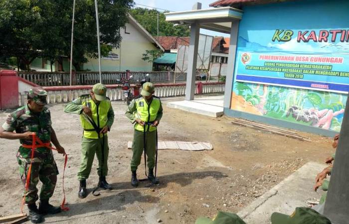 Babinsa Koramil 0815/08 Dawarblandong Latih Linmas Tanggap Bencana