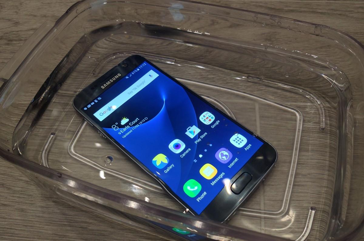 Samsung Galaxy S7 sedikit lebih unggul dari iPhone 6s