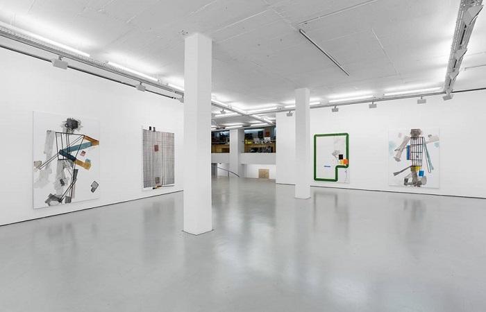 Berbagai Karya Dan Fasilitas Di Sebuah Contemporary Art Gallery